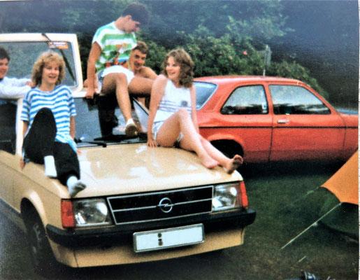 im Hintergrund mein erstes Auto