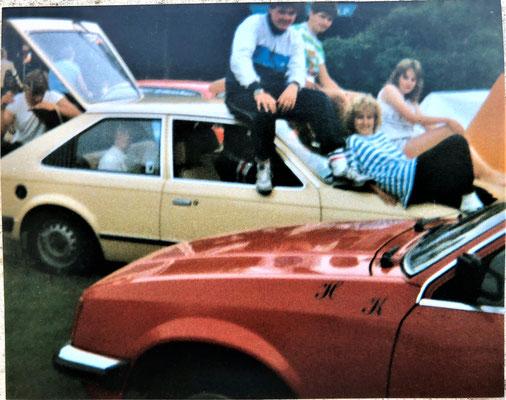 Komplette Clique in Holland, 14 Leute in einem Auto