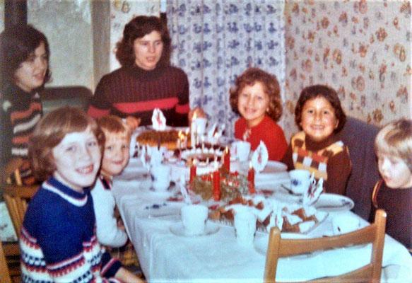 von links nach rechts: Onkel Peter, mein Bruder, Mama, Tante Maria, Onkel Ulrich, Onkel Michael und ich