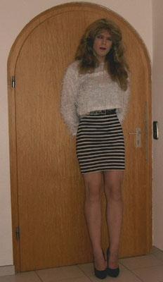 Die gleiche Kleidung wie auf meinem ersten Foto, nur Jahre danach und mit Perücke