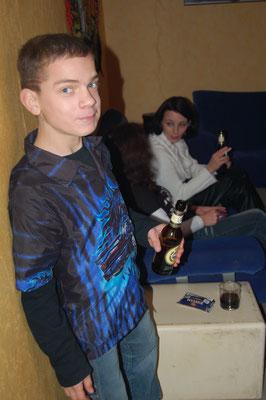 unser Sohn Kevin durfte zu Sylvester mit 16,5 Jahren seine erste Flasche Bier trinken