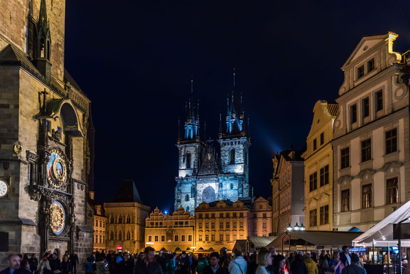 Prager Altstadt mit der Kirche der Jungfrau Maria vor dem Teyn. Links Rathausturm mit der astronomischen Uhr