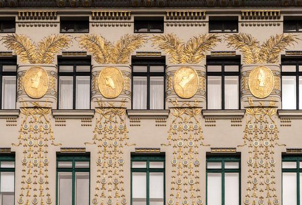 Haus Linke Wienzeile 38 mit goldenen Ornamenten von Koloman Moser
