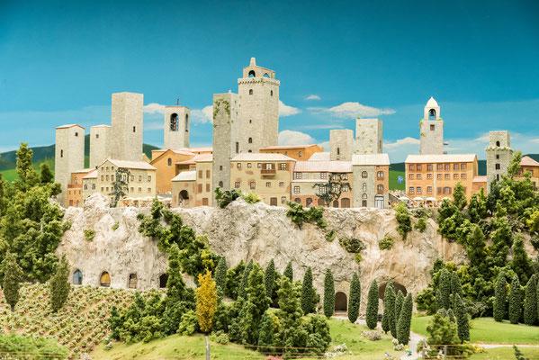 Die Geschlechtertürme entstanden in der von Fehden geprägten Epoche des 12. und 13. Jahrhunderts, zeitgleich mit den Bergfrieden ländlicher Burgen, denen sie ihre Form entlehnt hatten.