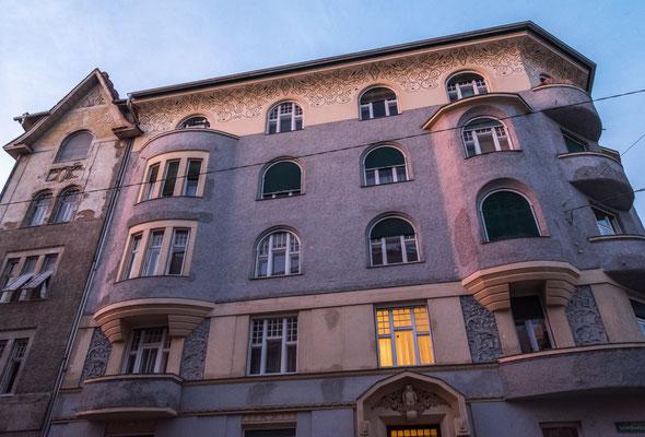 Graz Wielandgasse Nr. 34 Ecke Schießstattgasse in sezessionistischer Stilform erbaut. Derzeit ist die Fassade in keinen schönen Zustand.