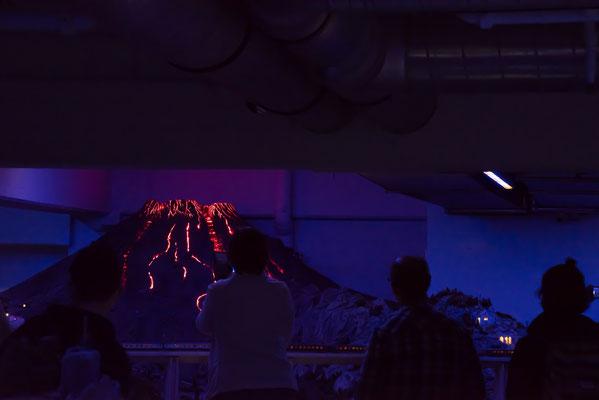 Grollender Vulkan und bewegte Lichter die den Lavafluss sehr wirklichkeitsgetreu zeigen