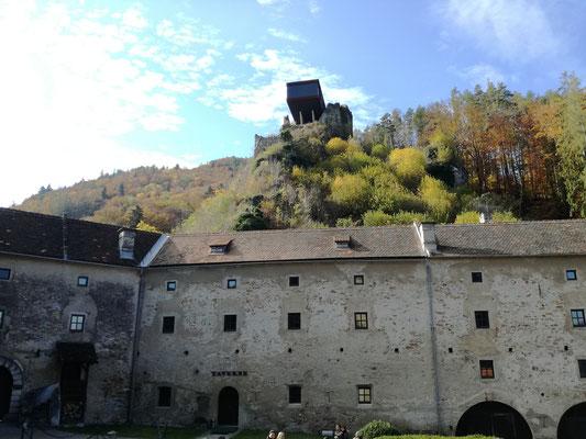 """Blick vom Burghof zur """"Hochegger-Keusche"""""""