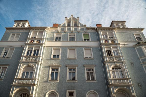 Gründerzeitliches Eckhaus mit Jugendstilelementen. 1906-07  Heinrichstraße 54 Graz Beachte die Keramikmedaillons unterhalb de obersten Stockwerkes. Detail im nächsten Bild
