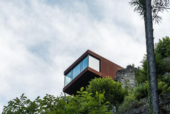 """Die Hochegger-Keusche, oberhalb der Burg, Stahl- Glaskomplex ragt aus den Ruinen der """"Obere Burg"""" heraus"""