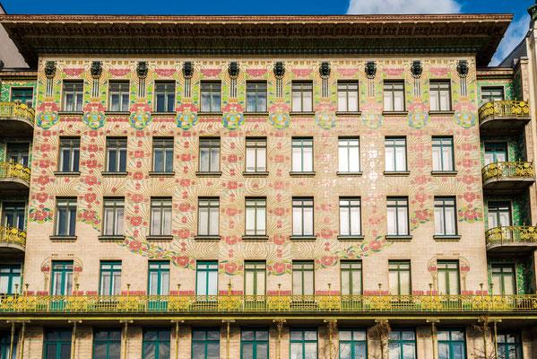 Majolikahaus Otto Wagner Linke Wienzeile 40. Die Fassade ist mit Majolikafliesen der Firma Wienerberger verkleidet, die mit floralen Motiven geschmückt sind. Diese Fliesen sind witterungsbeständig, pflegeleicht und abwaschbar