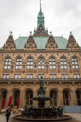 Rathaus mit Hygieia-Brunnen, Erinnerung an die Choleraepidemie von 1892 errichtet, bei der über 8000 Hamburger starben.