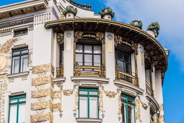 Linke Wienzeile 38 ivon Otto Wagner ist bekannt für seine spektakuläre Ecklösung, die in Form eines Viertelkreises ausgeführt ist.