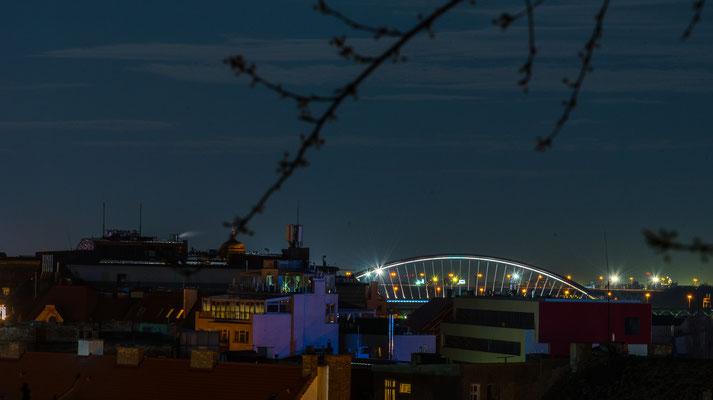 Apollo-Brücke im Hintergrund, es ist die neueste Brücke über die Donau in Bratislava