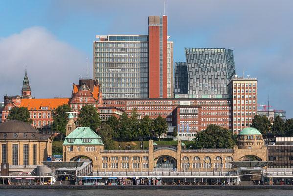 Hochhäuser, links im Hintergrund die Tanzenden Türme bzw. Tango-Türme