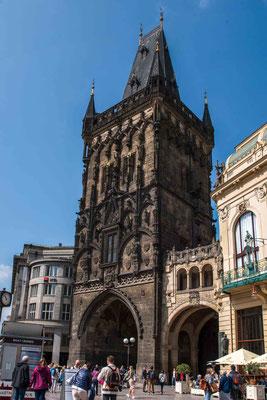 Der Pulverturm in der Altstadt von Prag, neben dem Gemeindehaus