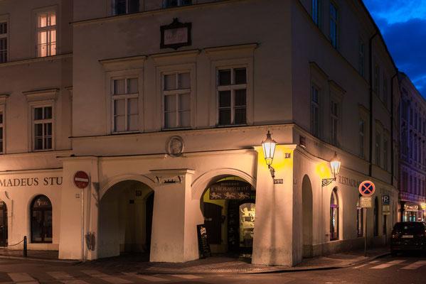 In diesem Haus wohnte Mozart zu dem Zeitpunkt als seine Frau schwanger war. Gegenüber des Hauses ist ein Restaurant mit einem sehr guten Bier.