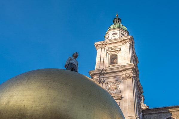 """Die riesige goldene Kugel ist Teil des Gesamtkunstwerkes """"Sphaera"""" von Stephan Balkenhol."""