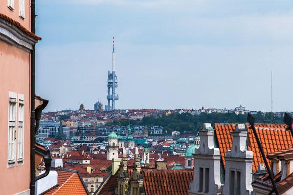 Blick von der Burg zur Stadt Prag mit dem unübersehbaren Fernsehturm