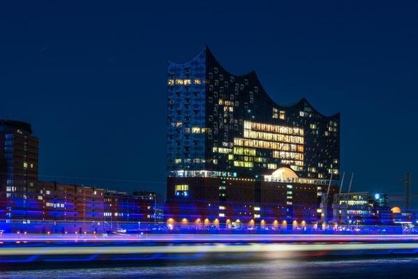 Elbphilharmonie Nachtaufnahme, Lichtspuren (Lighttrails) von den vorbeifahrenden Schiffen