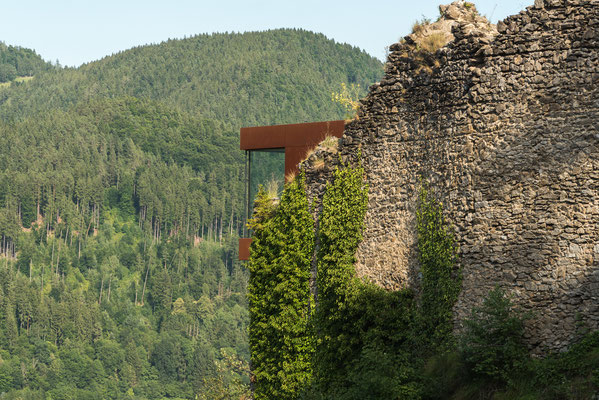 Die Hochegger - Keusche luckt aus der Ruine (alte Burg)  hervor.