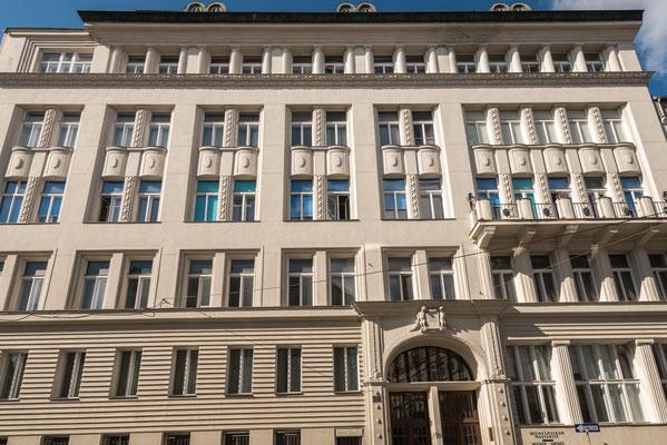 Mollardgasse 8. Dieses denkmalgeschützte Gebäude wurde 1914 für die Wiener Arbeiterkrankenkassa als letztes Jugendstilgebäude in Wien errichtet.