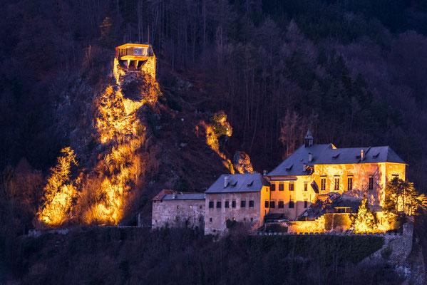 Nachtaufnahme mit Burg und links oben die Hocheggerkeusche
