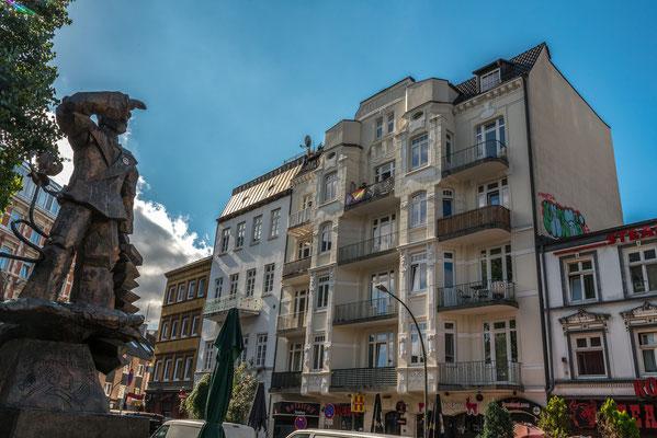 Hans-Albers-Platz mit der bronzenen Hans Albers Statue, Jugendstilhaus rechts.