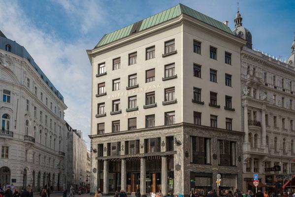 Das Looshaus ist ein eines der zentralen Bauwerke der Wiener Moderne in Wien. Es markiert die Abkehr vom Historismus, aber auch von dem floralen Dekor des Secessionismus. Adresse Michaelerplatz 3 gegenüber der Hofburg