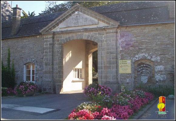 """Porche de l'institution - A proximité l'entrée des neuf chambres """"Allée de Prières"""""""