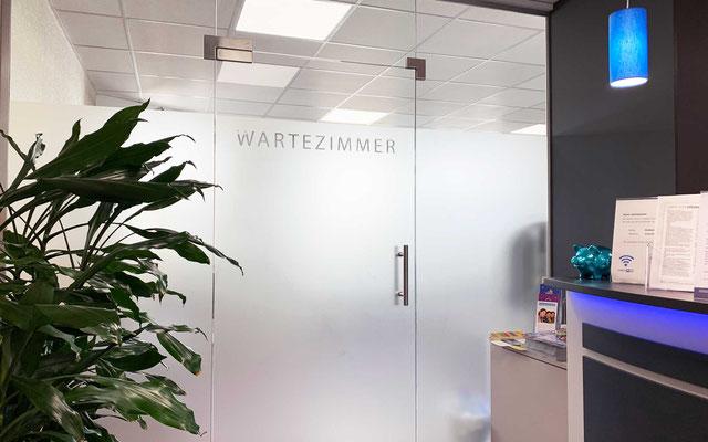 Sichtschutz-Glasbeklebung an Wartezimmer einer Praxis, mit satinierter Glasdekorfolie; (Mattglasfolie, Milchglasfolie, Satinofolie, Sandstrahlfolie)