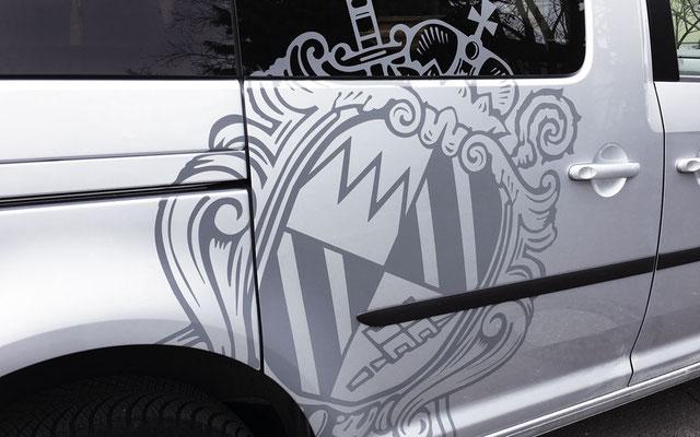 Wappen-Beklebung Fahrzeugseite über Fenster, Sicken, Stoßfänger und Radkasten, Fahrzeugbeschriftung