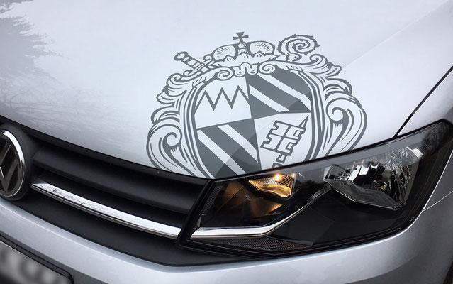 Logo-Beklebung von Wappen auf Motorhaube