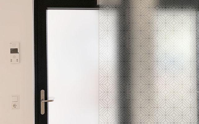 Konturgeschnittene Sandstrahlfolie mit matter Oberfläche für die Verklebung auf Glas – vermittelt den Eindruck einer sandgestrahlten Oberfläche. Wird auch als Glasdekorfolie oder Satinatofolie bezeichnet.
