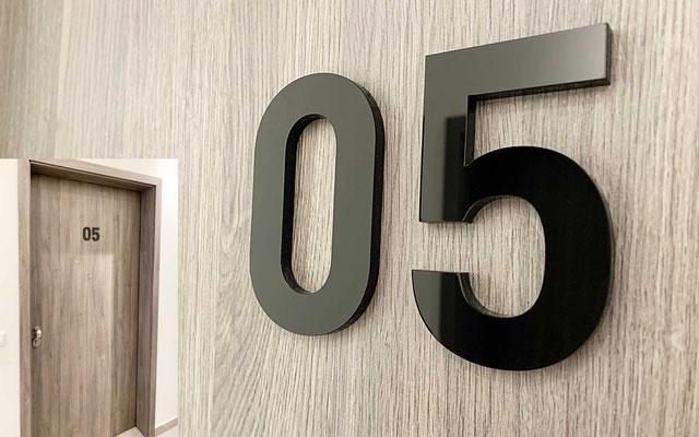Türbeschriftung / Türnummern aus Acrylglas gelasert, z.B. für Hotels, Wohnanlagen, Büro oder Praxis