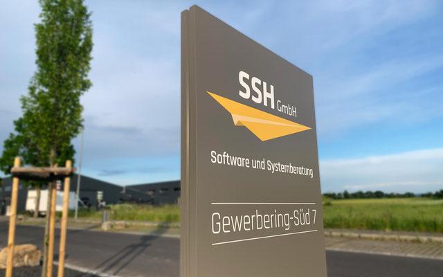 Firmenschild Außenwerbung (Werbepylon, Stele, Außenaufsteller) (© WÖRLE medien, Werbetechnik Würzburg)