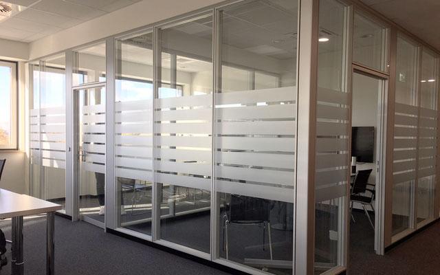 Glasdekorfolie Büroräume, Satinierung mit Mattglasfolie, Sichtschutzbeklebung, Flachglasfolierung, Satinofolie