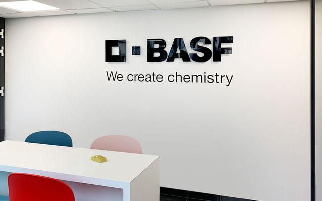 Firmenlogo auf Innenwand in Besprechungsraum als 3D-Acrylglasbuchstaben kombiniert mit Wandtattoo-Folienbeschriftung