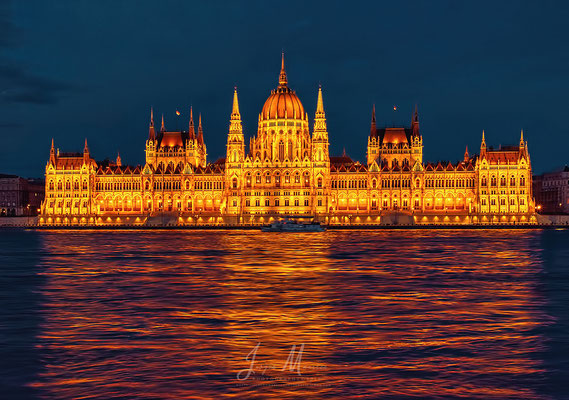 Parlement tijdens blauwe uurtje - Parliament at blue hour.