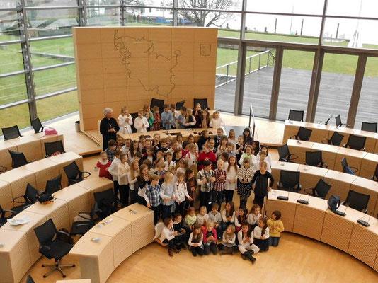 Auf Einladung besuchte der Chor am 17.12.2013 den Kieler Landtag.