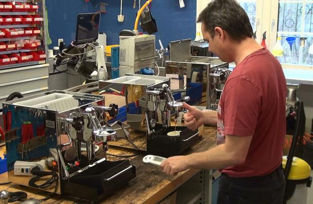 Funktionskontrollen und Einstellungen machen WIR und nicht der Kunde, den Sie sollen ja Kaffee machen und geniessen!