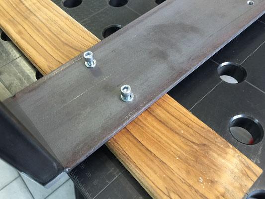 Tischkufe aufsetzen und Schrauben mit Unterlegscheiben ansetzen