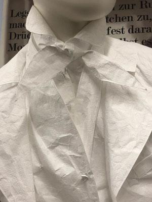 Jacke, Weste, Hemd und Schleife aus Tyweg