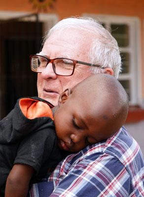 Karel tröstet einen kleinen Jungen, der seinen ersten Vorschultag nicht gut findet