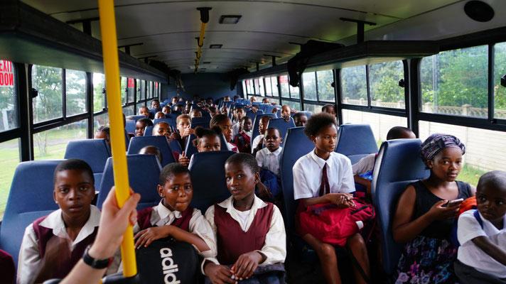 Kinder aus dem Kinderheim auf dem Weg in die Schule