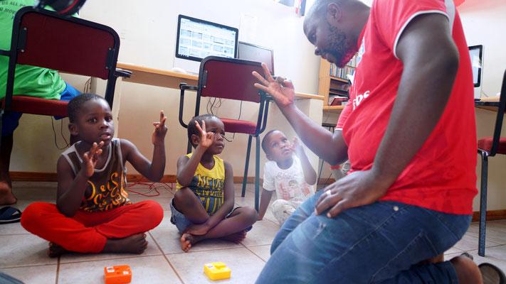 Coach unterrichtet die Vorschulkinder im Zählen und Buchstabieren