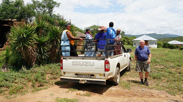 Karel nimmt regelmässig Dorfbewohner im Auto mit