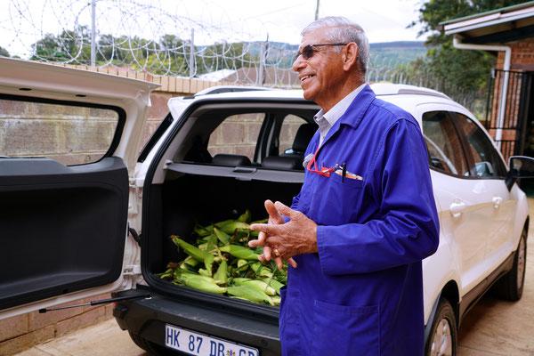 Mr. Aheer spendet einen Teil seines Mais ans Kinderheim