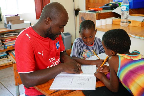 Coach hilft bei den Hausaufgaben