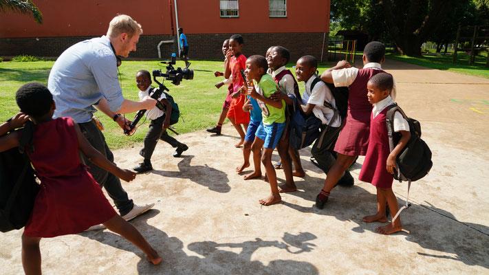 Robert versucht die Kinder im Kinderheim zu filmen