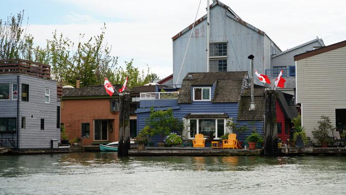Die Hausbootbesitzer haben wohl einen der schönsten Blicke auf die Stadt